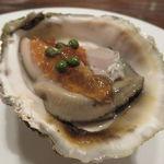 東京チャイニーズ 一凛 - 三重県的矢産の岩牡蠣 、黒酢ペーストのジュレ 実山椒で1