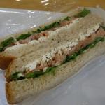 ルーシーズ - スモークサーモンのサンドイッチ