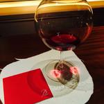 39734735 - 一番大きなワイングラス 照明がハートを写しだしました♡