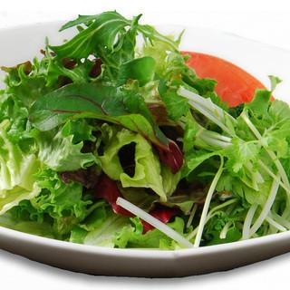 シャキシャキ野菜のサラダが好評です♪