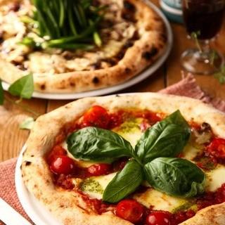 専用窯で焼き上げるモチモチ食感のナポリピッツァも人気!