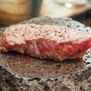 肉汁滴る…♪ダイナミックな溶岩焼きステーキ!