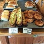 フール・アン・ピエール - 店内には旨そうなパンが
