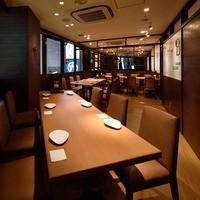 ワイン食堂 ブルマーレ - 広めの個室Bは最大16名様までご用意できます。窓から見下ろす新宿の夜景は最高。温かみのある木を基調に緩やかな時の流れるVIPルームです