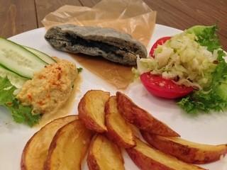ヴィーガニック トゥー ゴー - 麻炭ピタパン&自家製フムスプレート。ディナーのみ。