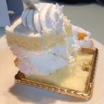 新宿高野 - マンゴーケーキの中は素ケーキ。