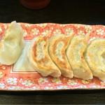 宗家一条流がんこラーメン八代目直系 - 麺類に無料で付いてくる餃子