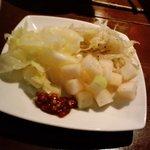 CHICKEN'S - 卓上の野菜は取り放題。サラダ代わりが無料は熱い♪