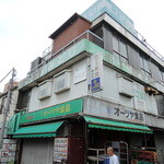 カフェ食堂みどり - 建物手前を通っているのが店のご主人