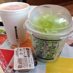 マクドナルド - 野菜ジュースとサラダカップとゴマドレッシング。