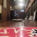 39771766 - 1階部分はカウンター5席、後方にテーブル1席、奥に個室1部屋です。1階部分はあまり台湾を感じないです