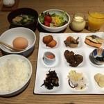 JR九州ホテル ブラッサム新宿 - ブッフェ形式の朝食。九州食材もたくさん揃っていました。