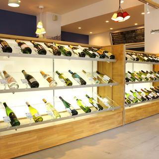 シャーケースに並ぶ種類豊富なワイン
