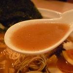 らーめん成清 - ☆豚骨醤油な味わいですが…鰹節や煮干しの香りも☆