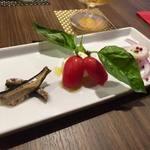 WINE SHOP Sora - イワシの燻製、フルーツトマトとモッツァレラチーズのカプレーゼ、タコのマリネ