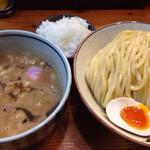銀座 朧月 - 濃厚つけ麺+味玉+別皿玉ねぎ増し 2015.7撮影