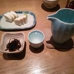 にかい坊 - 佐久の花夏の大吟醸、細切り昆布の佃煮、板わさ