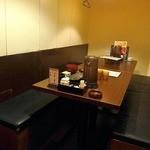 桜の舞 - 8人掛けのテーブルが2つ並んでいる部屋
