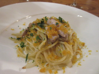 バルバ ビアンカ - 鰹の燻製と白ネギのスパゲティ、オイルソースで仕上げからすみがトッピングされてます。