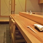 はつね寿司 - カウンター席。