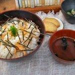 お茶とお菓子 横尾 - 焼きサケのまぜごはん(900円)