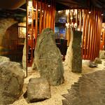 六番館 - 大きな石・・・