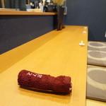 平花とんぼ - カウンターは、5席。