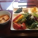 やさいの王様 - 山盛りの野菜サラダ、左がスンドゥブ