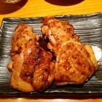 こけこっこ - 『鶏炭火焼き(単品)』(972円)!表面はカリっと焼けて 中は柔らかくジューシー~♪(^o^)丿