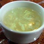 サムジャナ - 結局、Cのダルバードにしました。最初にスープが出てきました。玉子スープです。塩味ベースの飲みやすいスープでしたよ。少しトロミがあり美味しく飲めました。