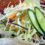 サムジャナ - サラダです。このドレッシングはインド料理と同じような感じですね。