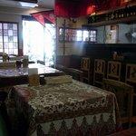 サムジャナ - 店内の雰囲気です。店内奥から入口方面を撮っています。イスもテーブルも厨房も前のお店と変わっていませんね。