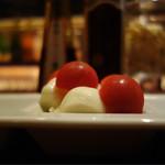 シャンパン&醤油バー フルートフルート - モッツァレラチーズと燻製醤油 600円