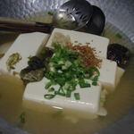 駄駄っ子 - 4品目本日の一品。 湯豆腐(自家製ポン酢)。 お汁に味がついてるけど、自家製ポン酢で いただくと美味しいよ。