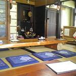 そば座敷 平吉 - 仏壇のある広間で寛ぐ