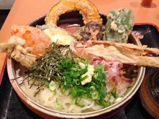 大地のうどん 博多駅ちかてん - 「野菜天ぶっかけ」。このボリュームで600円!
