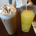 Eggs 'n Things - アイスカプチーノと100%フレッシュジュース(パイナップル)