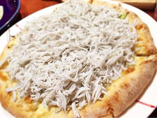ビストロます家 - 名物しらすピザ