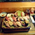 宝来寿司 - おまかせにぎり。ランチタイムはサラダ、小鉢、椀物、香の物、ドリンクがつきます。
