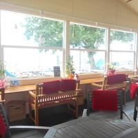 Rカフェ - びわ湖が一望のカウンターとテーブルのテラス席