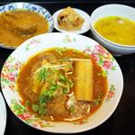 クシ - ニハリ、ダル、魚(HILSHA)のカレー、アルーワダ(たぶん)など