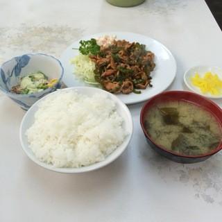 はちのこ食堂 - 豚肉とピーマン炒め(納豆)定食(日替わり)。