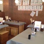 マサ トラ - 店内(テーブル席)