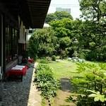 蕎麦処 多賀 - 広いお庭があります。
