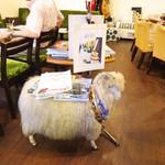 ラウンジ憩 - 羊チェアーに乗る雑誌