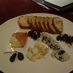 小久保 - 熟成度が抜群のチーズ盛り合わせ