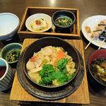 39855718 - 季節の釜飯 ホタテのそぼろと金目鯛の釜飯(1200円)