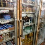キンパイ酒店 - 年季?の入った冷蔵棚。
