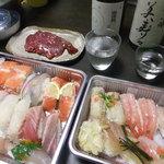 39864827 - テイクアウトしたお寿司と馬刺し。呑んだのは、御湖鶴と美寿々