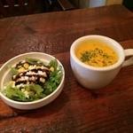 ウサギ - セットのスープとサラダ